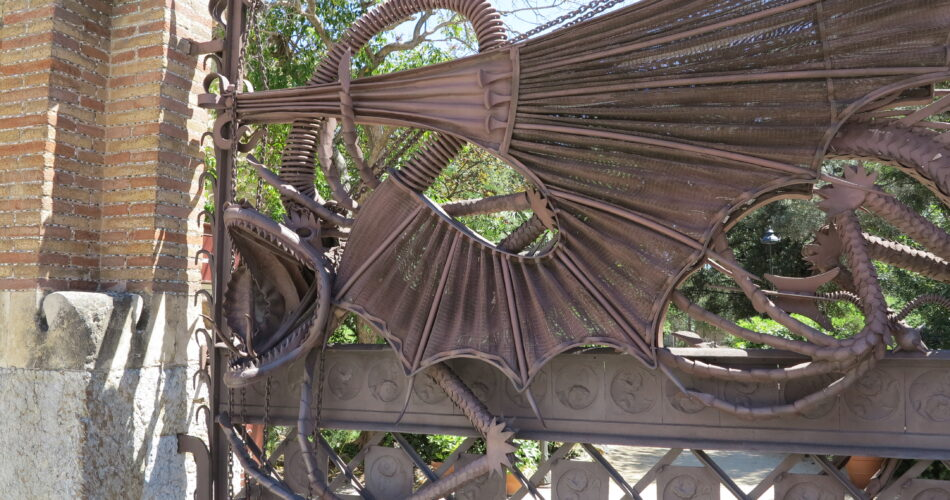 Els Pavellons Güell i el drac Lladó a Barcelona obra Gaudí